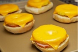 Шаг 5. Уложить бутерброды на поддон, отправить на микроволновую печь на 2 минуты