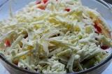 Шаг 7. Посыпать салат брынзой и украсить оливками.