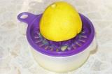 Шаг 4. Выжать сок лимона.