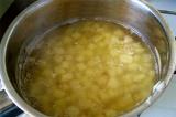 Шаг 2. Добавить картофель в кипящий бульон.