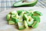 Шаг 3. Авокадо порезать. Добавить лимонный сок и оставшийся бульон.