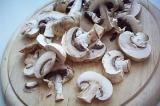 Шаг 2. Порезать грибы.