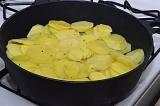 Шаг 4. Картофель переложить на разогретую с маслом сковороду.