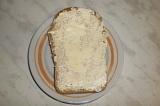 Шаг 1. На хлеб намазать сливочное масло.