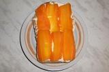 Шаг 3. Морковь уложить на хлеб.