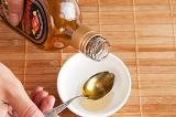 Шаг 4. Для соуса добавить кунжутное масло.