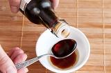 Шаг 6. Добавить сахар, перец и соевый соус. Все перемешать.