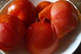 Шаг 1. С помидор и перцев снять кожицу.