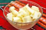 Шаг 2. Очистить яблоки и крупно нарезать.