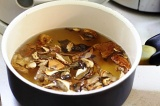 Шаг 1. Грибы залить водой, затем грибы с жидкостью вылить в кастрюлю.