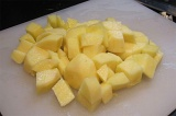 Шаг 4. Картофель нарезать кубиками.
