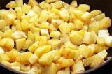 Шаг 5. Картофель добавить к луку, посолить и поперчить.