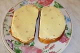 Шаг 1. На ломтики хлеба уложить сыр.