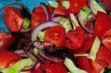 Шаг 6. Все перемешать, добавить оливки, посолить и заправить оливково-лимонным