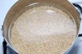 Шаг 1. Перловую крупу хорошо промыть, залить водой и варить 20 минут.