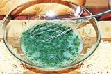 Шаг 4. Добавить зелень в взбитое яйцо.