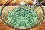 Шаг 5. Добавить тертый сыр в взбитое яйцо.