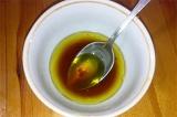 Шаг 2. Смешать сок лимона, мед, соевый соус и измельченный чеснок.