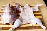 Шаг 1. Снять с курицы кожу. Целостную кожицу отложить в сторону.
