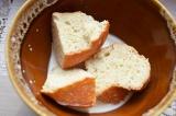 Шаг 3. Хлеб размочить в молоке.