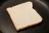 Шаг 1. Ломтики хлеба обжарить на практически сухой сковороде.