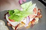 Шаг 7. На помидор положить лист салата.