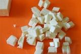 Шаг 2. Плавленый сыр порезать кубиками.