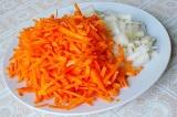 Шаг 3. Морковь натереть на крупной терке, а лук мелко порезать.