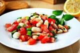 Готовое блюдо: салат с фасолью и томатами