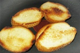 Шаг 7. Обжарить багет с двух сторон до хрустящей корочки.