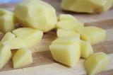 Шаг 5. Картофель нарезать небольшими брусочками.