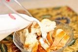 Шаг 1. Белый хлеб размять и замочить в молоке.