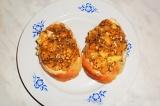 Шаг 7. На хлеб выложить помидорную массу.