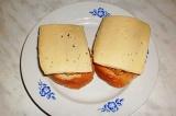 Шаг 8. Накрыть бутерброды сыром и отправить в духовку или СВЧ-печь.
