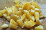 Шаг 3. Апельсин очистить и порезать кубиками.