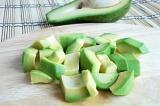 Шаг 4. Авокадо очистить, удалить косточки, и нарезать кубиками.
