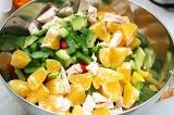 Шаг 7. Поместить все порезанные овощи в миску, добавить заправку, перемешать.