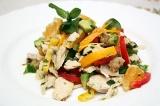 Готовое блюдо: куриный салат с авокадо
