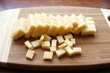 Шаг 3. Порезать сыр кубиками.