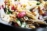 Готовое блюдо: макароны с сыром и базиликом