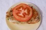 Шаг 5. Выложить кружочек помидора. Украсить зеленью.