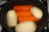 Шаг 1. Отварить морковь и картофель. Натереть на терке.