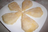 Шаг 6. Выложить слой из тертого картофеля в виде морковки и смазать майонезом.