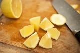Шаг 2. Порезать лимон для украшения блюда и для сока.