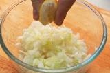 Шаг 3. Добавить в лук вино и выдавить сок из лимона.
