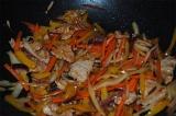 Шаг 9. Добавить в обжареные овощи, мясо, соевый соус, устричный соус, уксус, спе