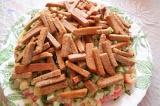 Шаг 11. Выложить сухарики на салат.