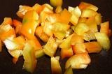 Шаг 3. Болгарский перец очистить от семян, нарезать небольшими кубиками.