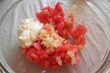 Шаг 7. Соединить помидоры, нарезанные кубиками с чесноком, заправить майонезом.