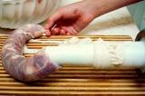 Шаг 4. Наполнить кишки фаршем, завязать концы ниткой.